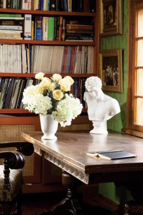 W bibliotece zdobiony drewniany stół.