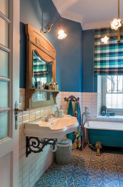 aranżacja niebieskiej łazienki w stylu vintage