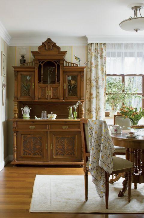 Na ścianach salonu namalowano szerokie pasy w pastelowych kolorach - miały naśladować starą angielską tapetę.