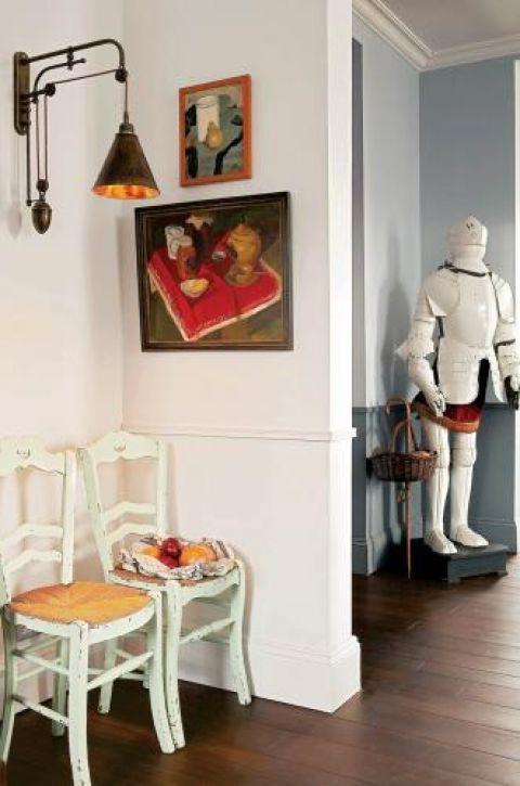 W domu jest mnóstwo starych mebli dla romantyka