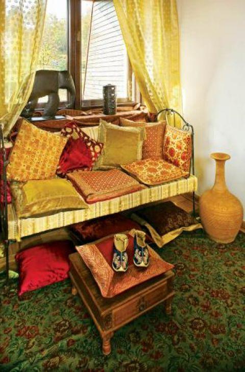 Mimo różnorodności wzorów i kolorów poduszki ze sobą współgrają.