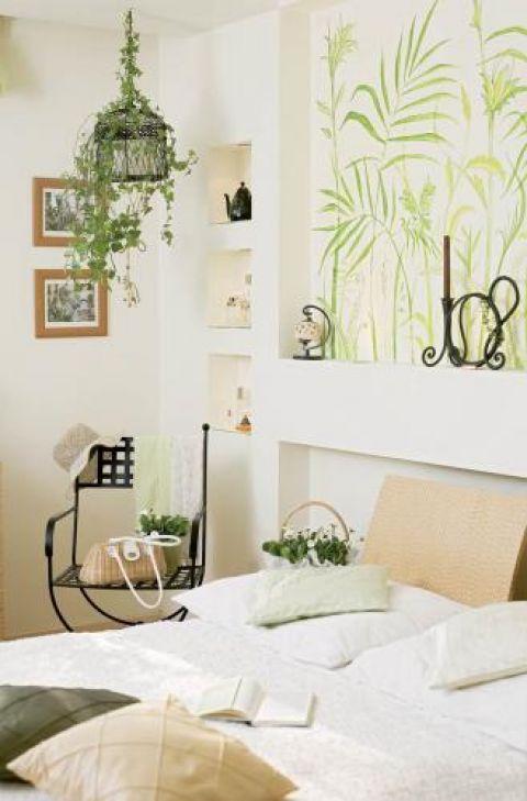 Sypialnia urządzona w jasnych, ciepłych kolorach.