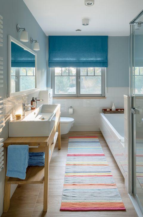 biało-niebieska łazienka z drewnem