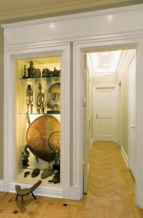 Ozdobą holu jest kolekcja afrykańskich figurek, masek i tarcz, prezent od ojca pana Macieja. Senior rodu zbierał je latami,