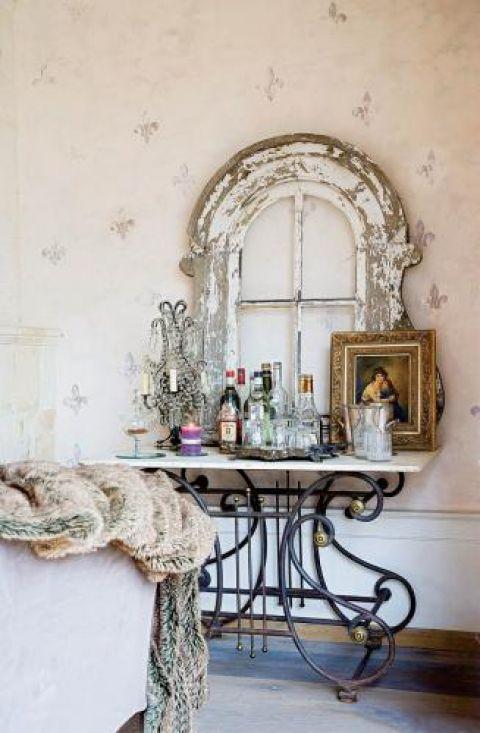 To okienko z pałacowej mansardy cudem ocalało- na razie Andrée udekorowała nim barek w rogu salonu.