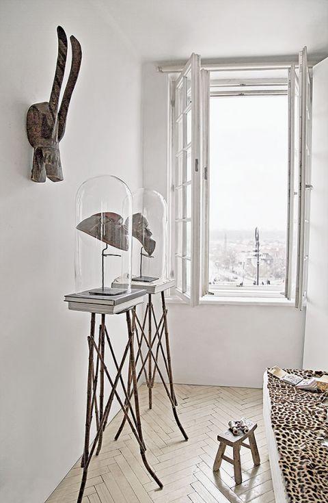 Apartament urządzony jest w minimalistycznym stylu.