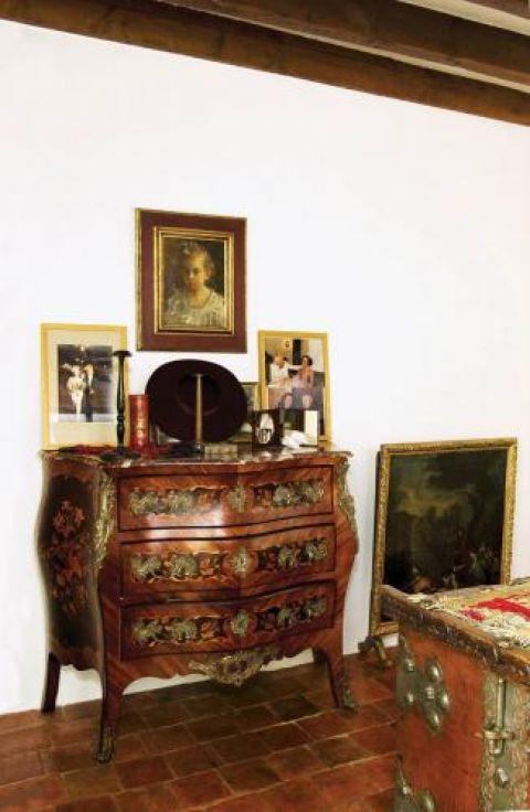 Zdobiona drewniana komoda. Świat według Opałki
