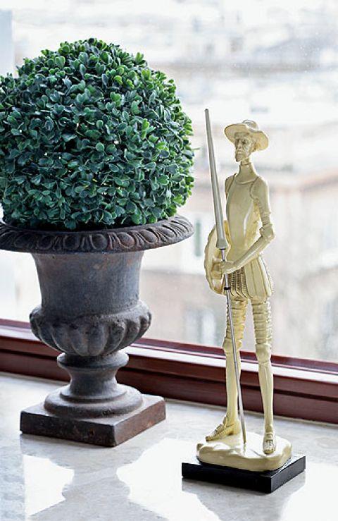 Właściciel, nim przeprowadził się do Warszawy, mieszkał w pałacyku w Belgii, stąd zamiłowanie do sztukaterii,
