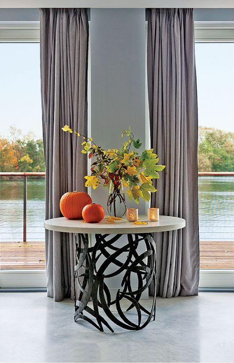 Dom nad jeziorem jest ogromny. Króluje w nim szarość, którą ogrzewają żółte dodatki i drewno z modrzewia syberyjskiego. Są