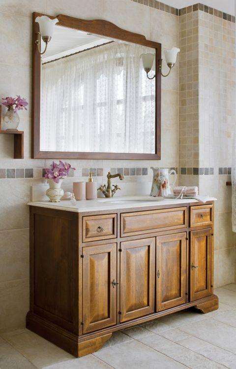 Jednym z nielicznych pomieszczeń, które ominął remont, jest łazienka, trzyma się angielskiego stylu rządzącego w całym domu.
