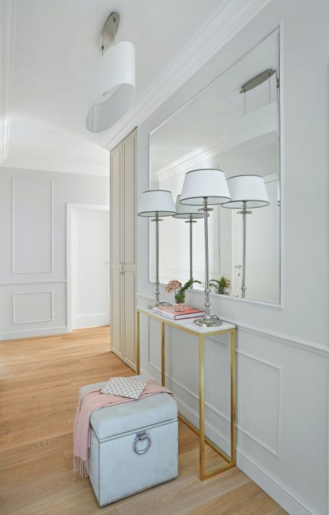 szare mieszkanie z pastelowymi dodatkami