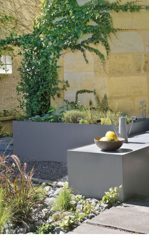 nowoczesny ogród szare donice