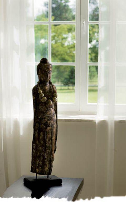 Figurka kobiety to pamiątka z podróży.