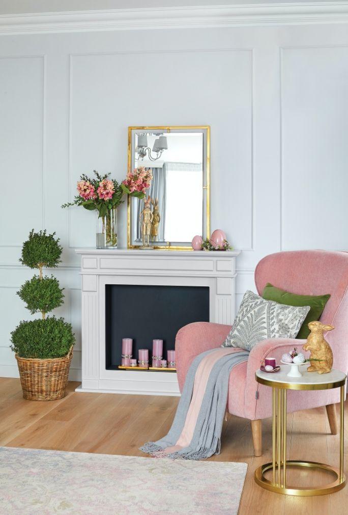 szary salon z różowymi dodatkami