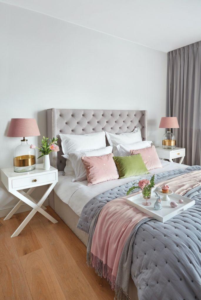 szara sypialnia z różowymi dodatkami