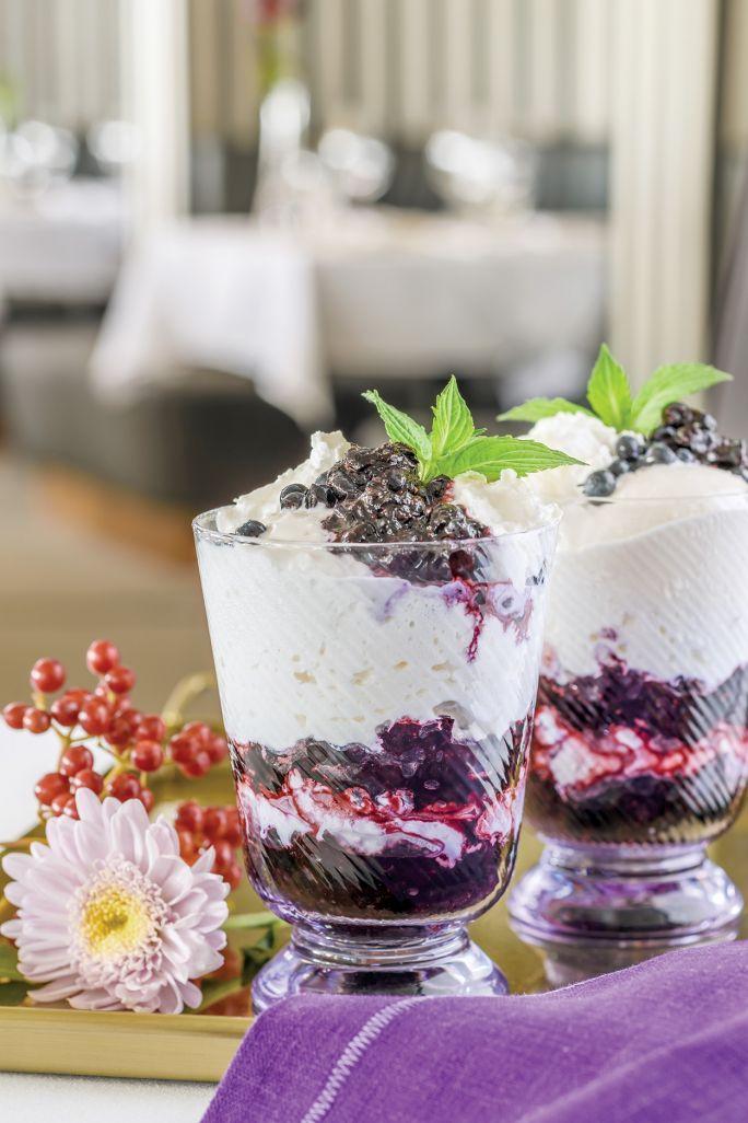 Jagody z bitą śmietaną, jogurtem i lodami waniliowymi