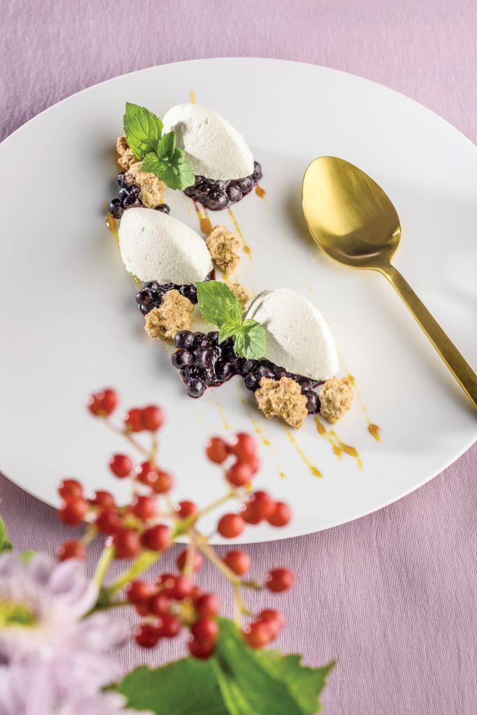 Parfait z białej czekolady z konfiturą jagodową