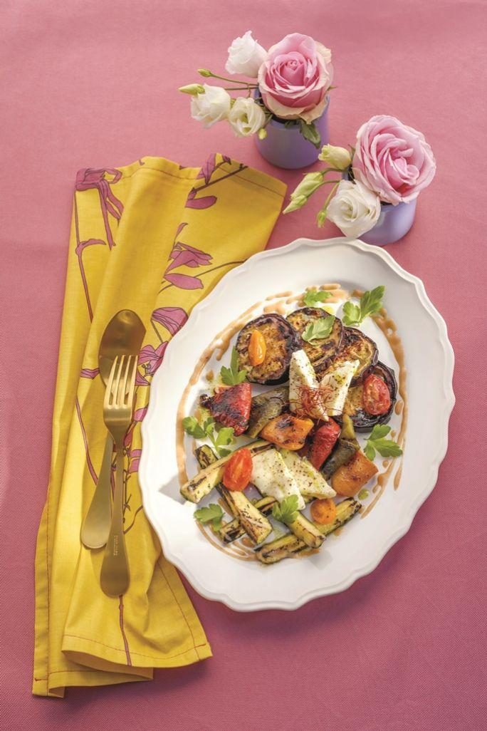 Grillowane warzywa z serem podpuszczkowym z dressingiem z miodu i rabarbaru