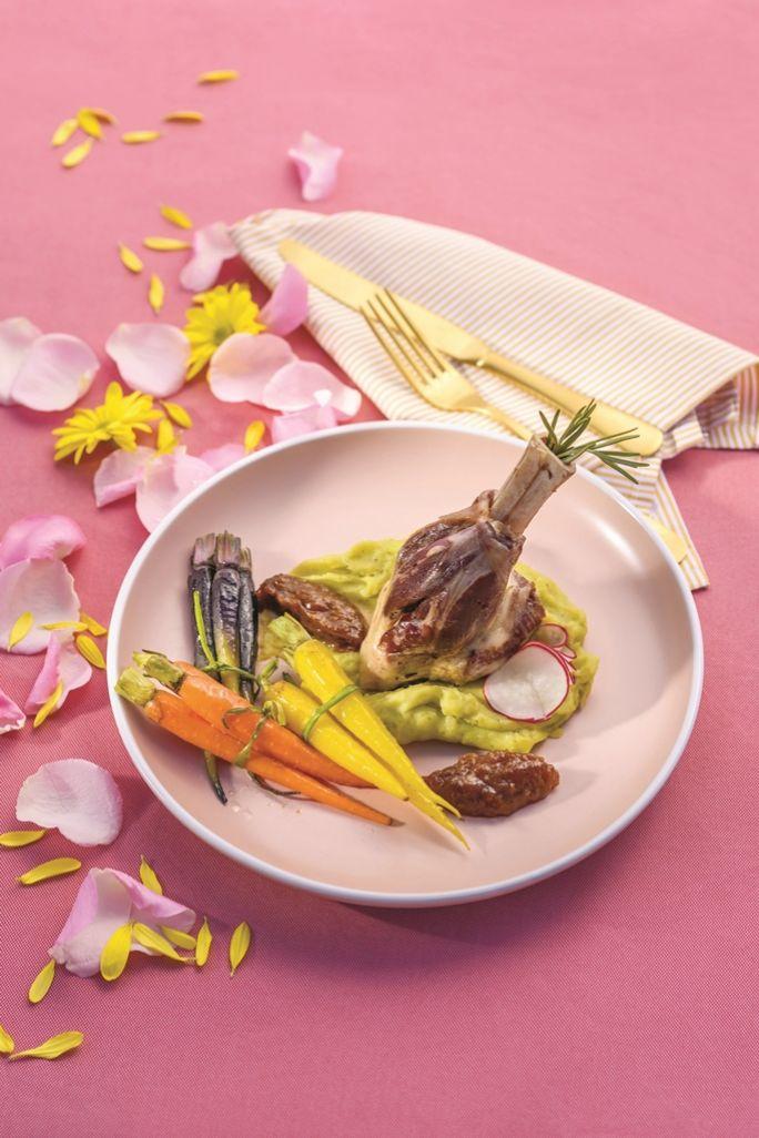 Podwędzana gicz jagnięca z kolorową marchewką i chutneyem rabarbarowym