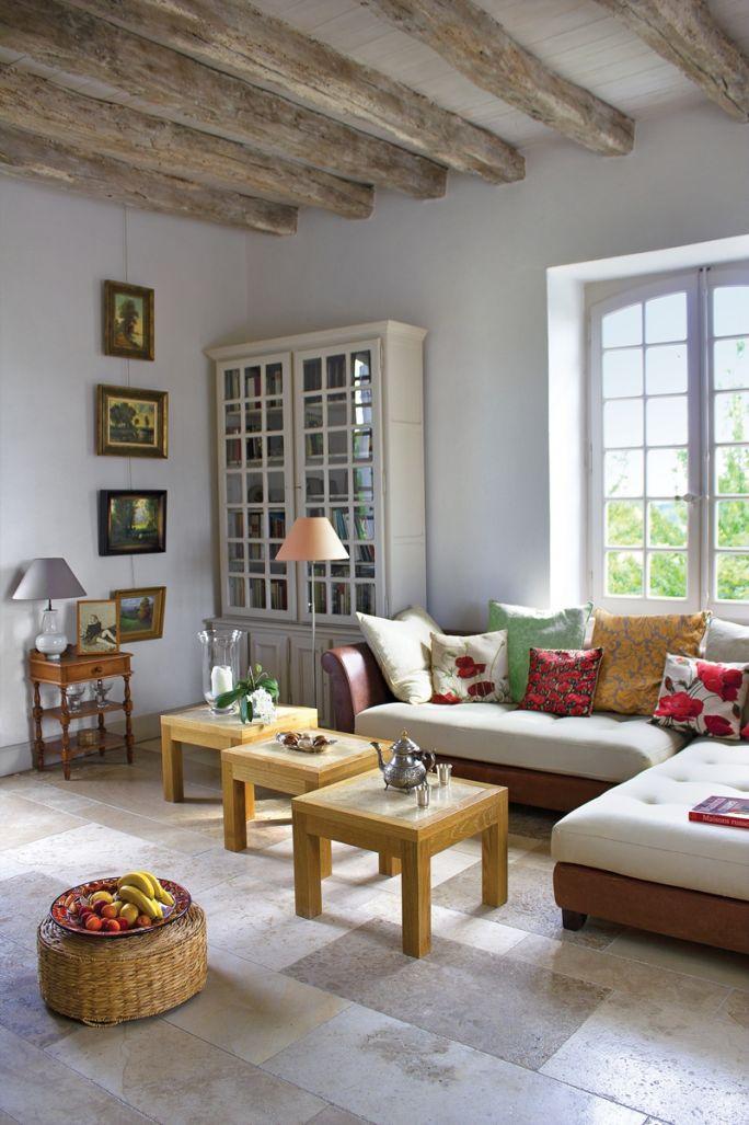 salon z antykami w stylu rustykalnym