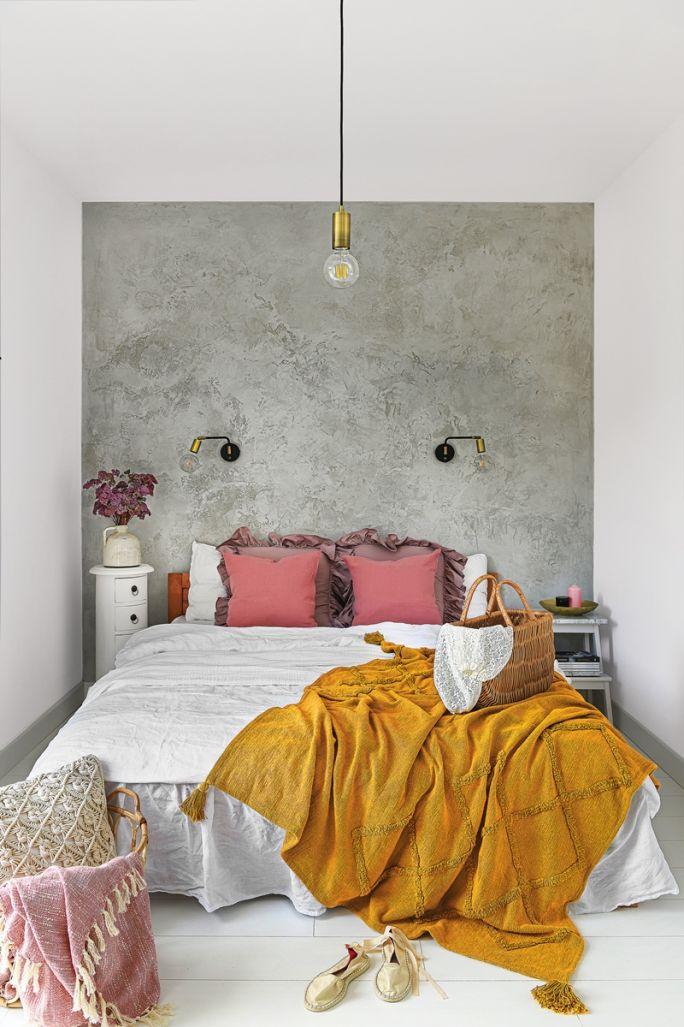 biała sypialnia z szarą strukturalną ścianą
