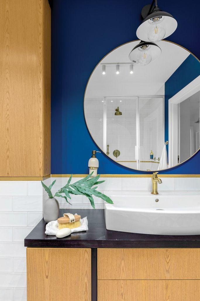 niebieska ściana w małej łazience