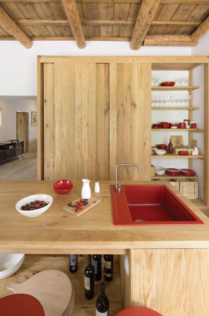 czerwień i drewno w kuchni