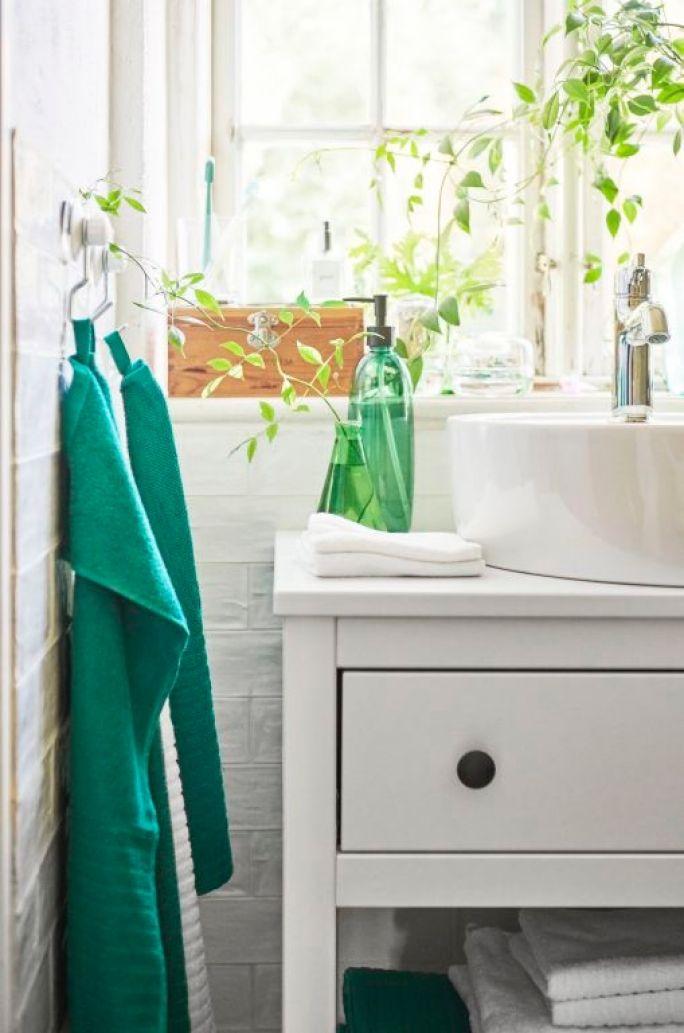 biała łazienka z zielonymi dodatkami