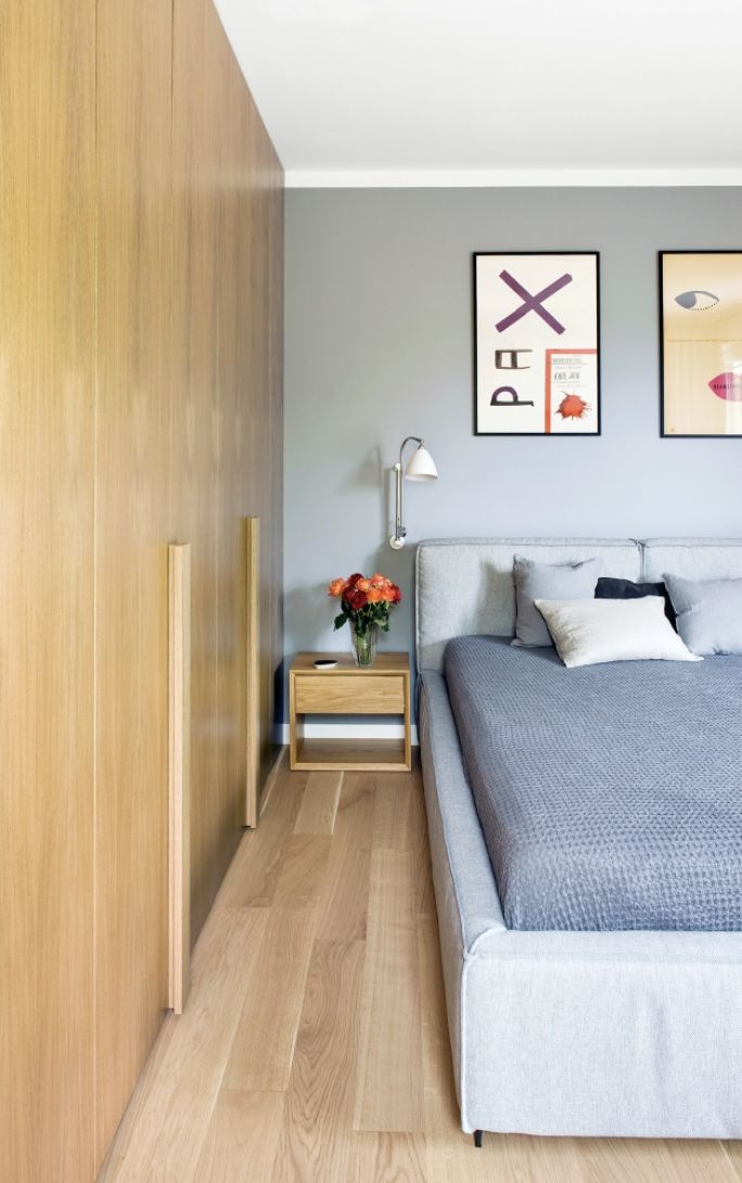 nowoczesna sypialnia szara z drewnem