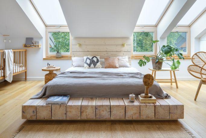 sypialnia w bieli i drewnie