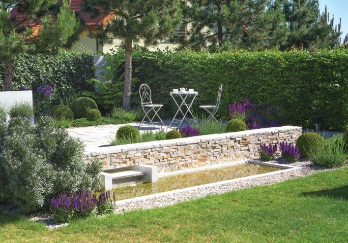 aranżacja ogrodu w bieli i fiolecie ze ścianami zieleni