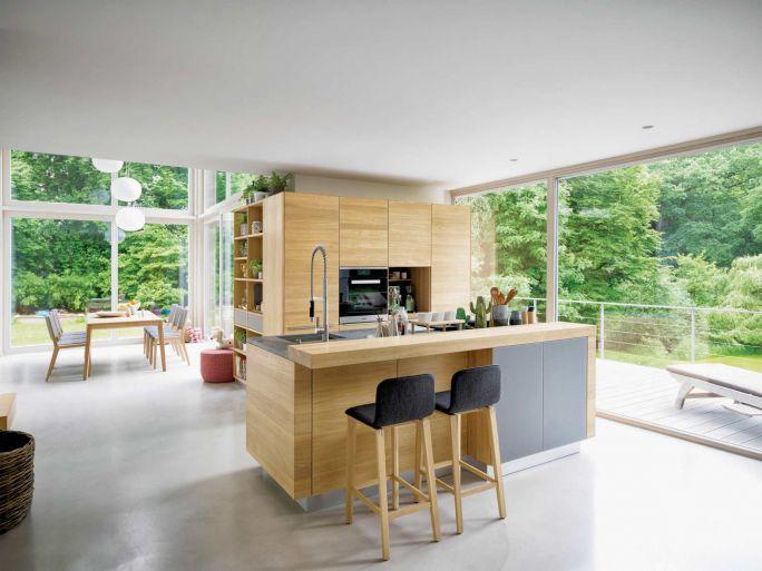 kuchnia drewniana z wyspą kuchenną