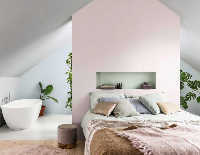 różowa ściana w sypialni