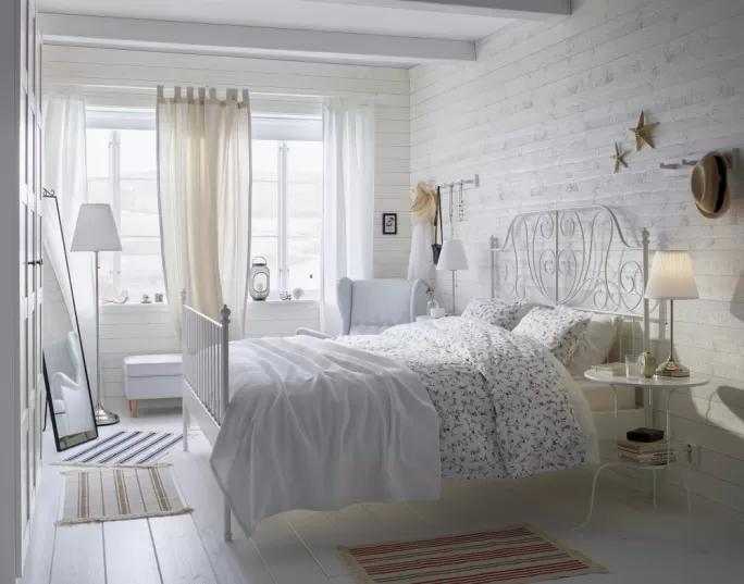biała dziewczęca sypialnia