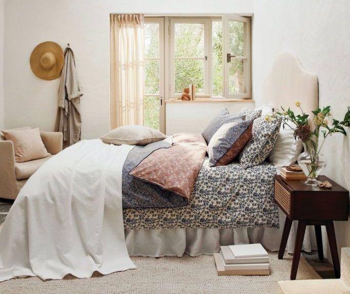 ładnie pościelone łóżko