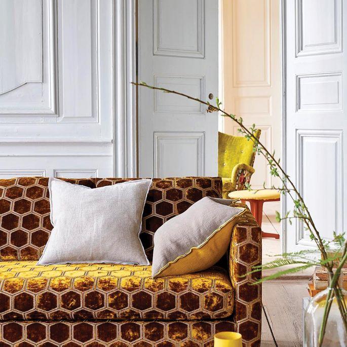 tapicerowana sofa w kolorze złotym