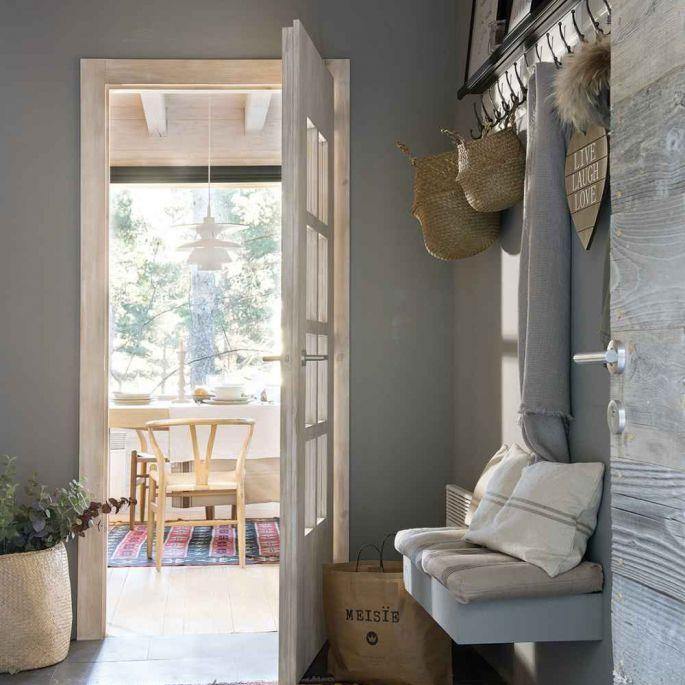 Meble zrobione na zamówienie z sosnowego drewna stoją obok klasyków skandynawskiego designu.