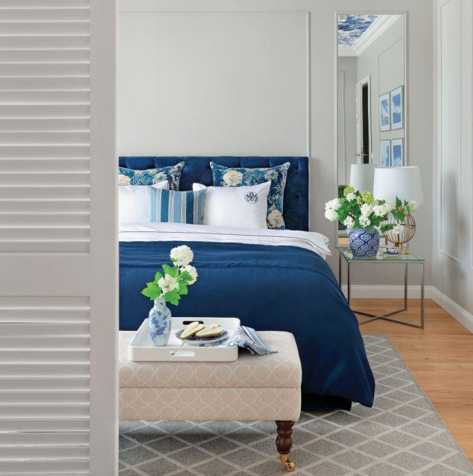 efektownie pościelone łóżko
