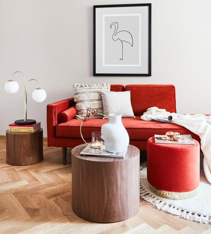 czerwona sofa do salonu