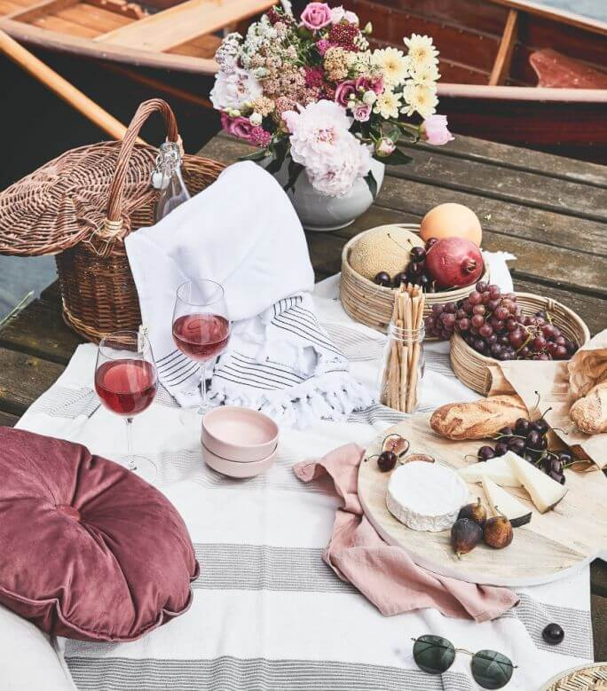 romantyczny piknik w ogrodzie