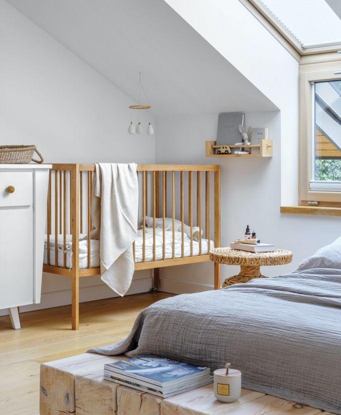 dziecięca sypialnia na poddaszu ze skosem