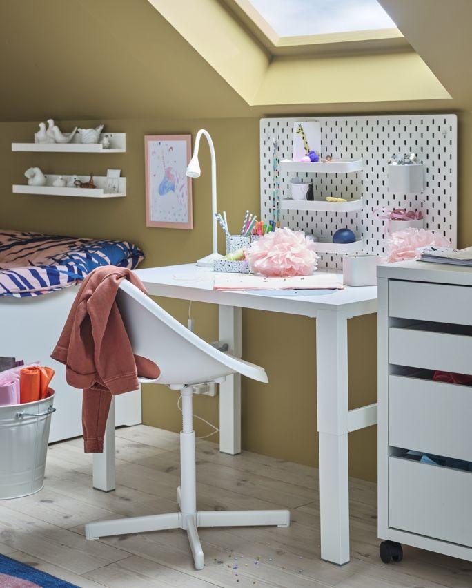 biurko pod oknem w pokoju dziecka