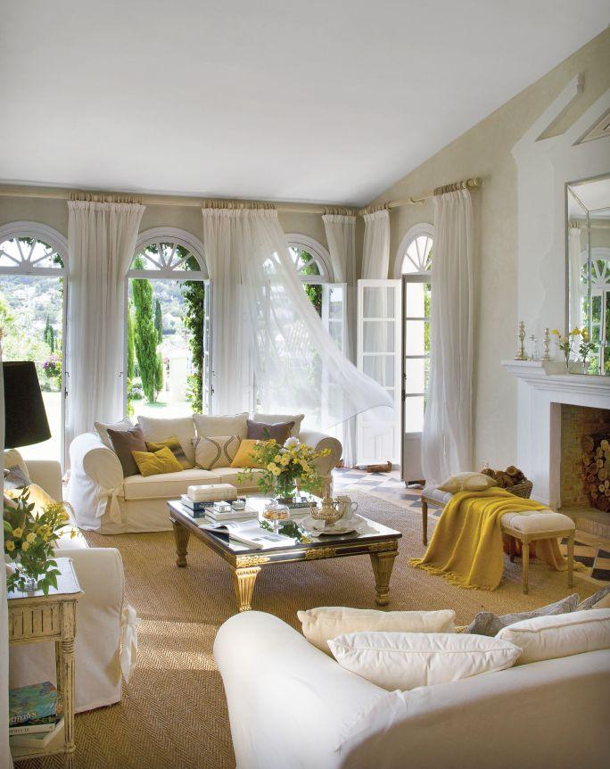 beżowy salon z żółtymi dodatkami