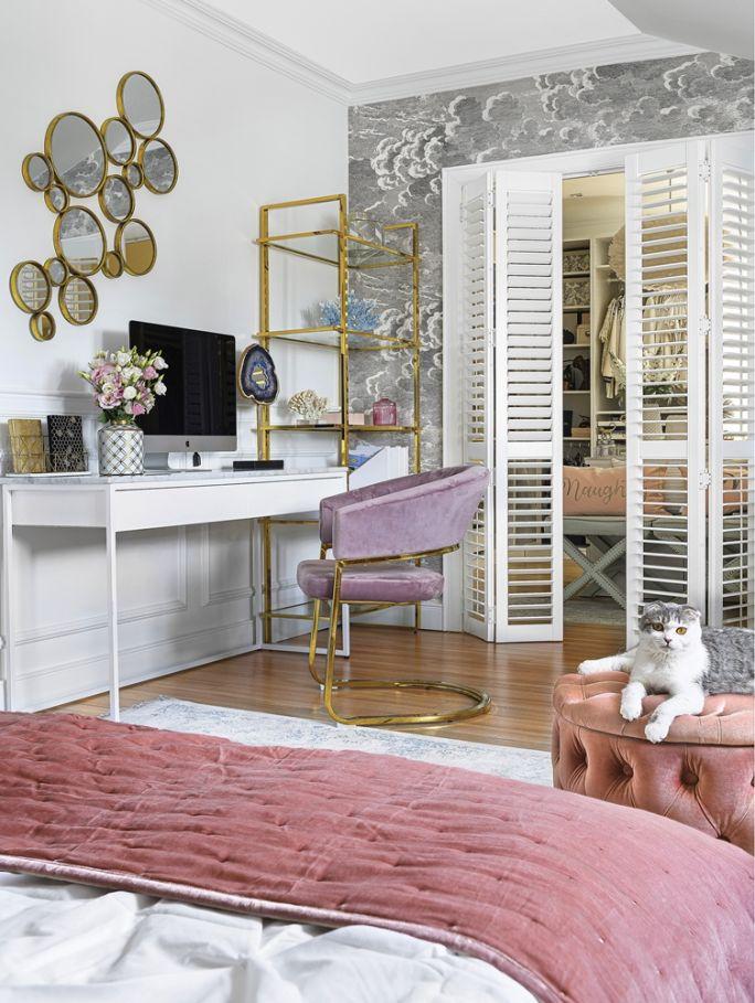 szara sypialnia z różowymi i złotymi dodatkami