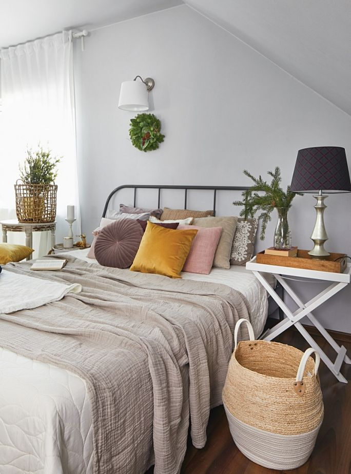 łóżko z metalową ramą