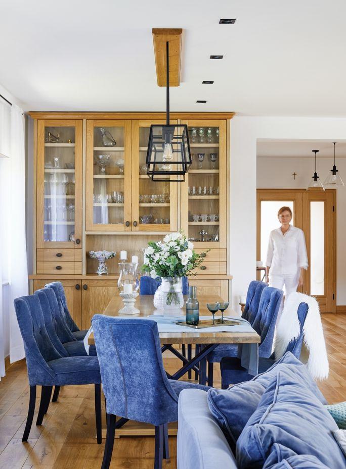 drewno i niebieskie dodatki we wnętrzu