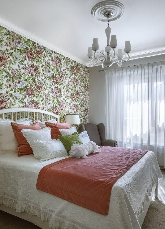 tapeta w kwiaty w sypialni