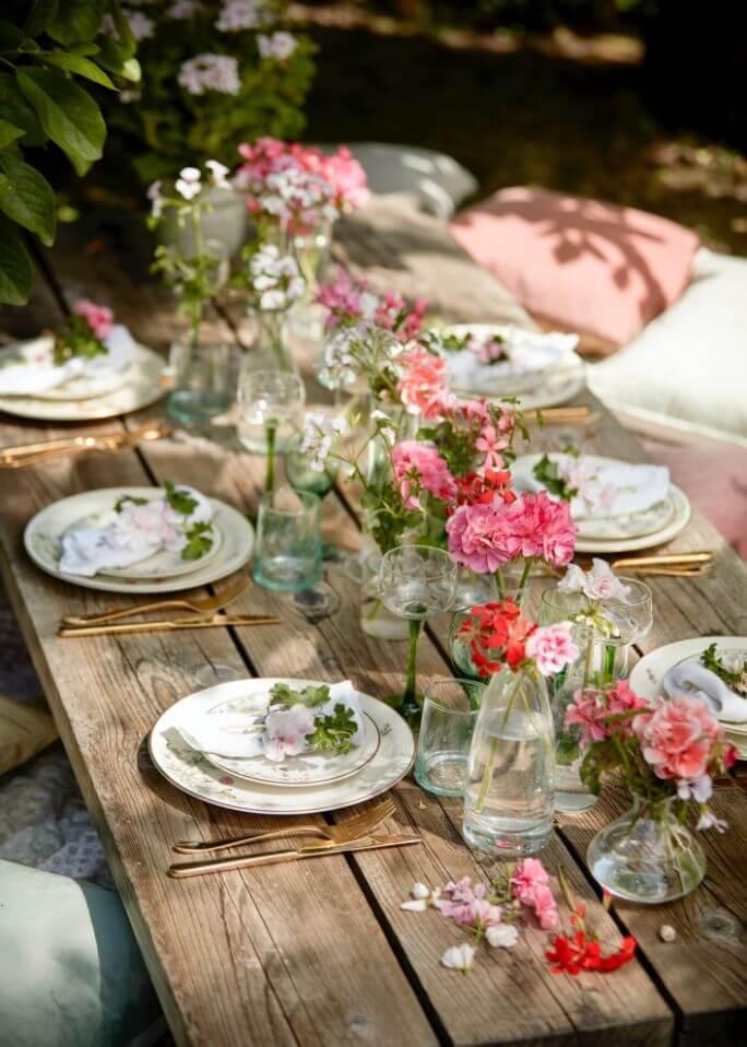 dekoracje z kwiatów na stół