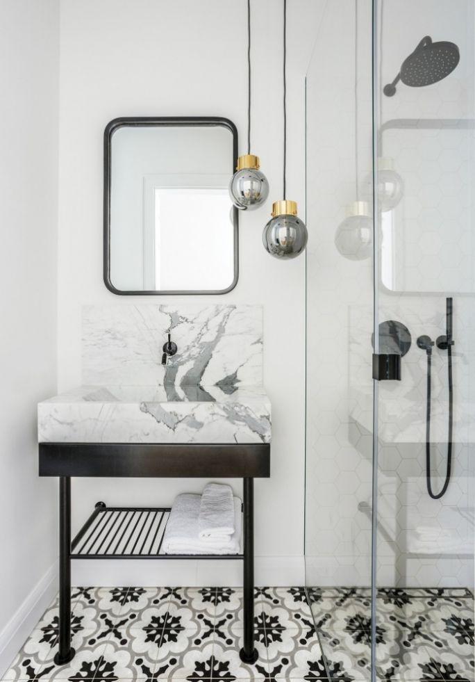 czarno-biała łazienka w stylu francuskim