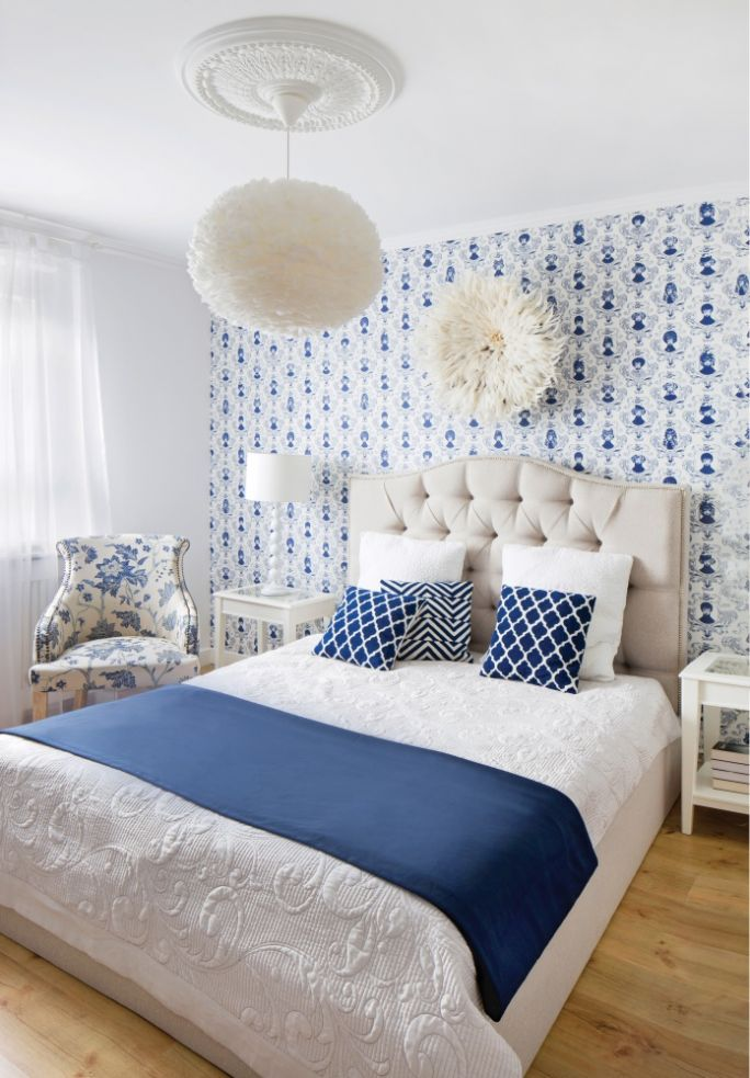 granatowo biała sypialnia